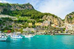 Piękny widok Amalfi miasteczko na Amalfi wybrzeżu od morza z jachtami i łodziami zdjęcia stock