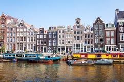 Piękny widok Amsterdam kanały z bridżowym i typowym holenderem Obraz Royalty Free
