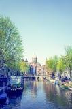 Piękny widok Amsterdam kanały z bridżowym i typowym holenderem fotografia royalty free