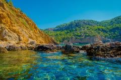 Piękny widok błękitne wody i piękny niebieskie niebo w Portowym d Andratx, lokalizować w Mallorca balearic wyspach Zdjęcie Royalty Free