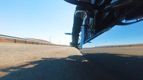 Piękny widok bezpłatna rowerzysta podróż na autostradzie zbiory wideo