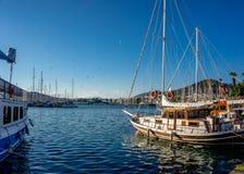 Piękny widok Bodrum puszka miasteczka marina, Mugla indyk tradycyjny drewno i biali jachty gulet i żeglowania i zdjęcia royalty free
