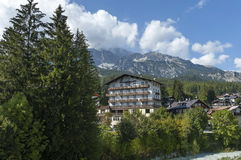 Piękny widok Boite rzeka, mieszkaniowy okręg i góra w Cortina d ` Ampezzo, Dolomiti góry, Alps, Veneto Zdjęcia Royalty Free