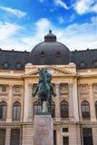 Piękny widok budynek Środkowa biblioteka uniwersytecka z equestrian zabytkiem królewiątko Karol Ja w Bucharest, Rumunia Obraz Stock