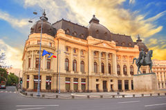 Piękny widok budynek Środkowa biblioteka uniwersytecka z equestrian zabytkiem królewiątko Karol Ja w Bucharest, Rumunia Zdjęcia Stock