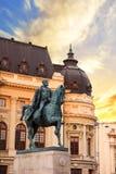 Piękny widok budynek Środkowa biblioteka uniwersytecka z equestrian zabytkiem królewiątko Karol Ja w Bucharest, Rumunia Zdjęcie Royalty Free