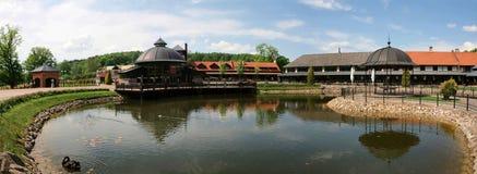 Piękny widok budynek i swój odbicie w stawie w parkowym Belmontas fotografia royalty free