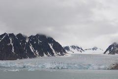 Piękny widok chmury nad śnieżnymi górami i lodowi floes w Arktycznym fotografia stock