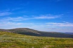 Piękny widok dla pocztówek Piękna mountainscape sceneria, niebieskie niebo i Góry i równiny Północni Urals obrazy royalty free