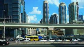 Piękny widok Dubaj miasta metro, sławni nowożytni drapacz chmur, i góruje na sheikh Zayed drodze na chmurnym dniu zbiory