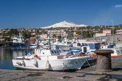 Piękny widok Etna wulkan zakrywający z śniegiem od portu Catania na słonecznym dniu, Sicily, Włochy obraz stock