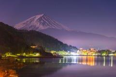 Piękny widok Fuji góra i Kawaguchiko jezioro przy nocą od Yamanashi prefektury, Japonia Obraz Royalty Free