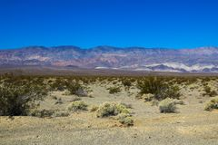 Piękny widok góry i niebieskie niebo w dolinie śmierć zdjęcie royalty free