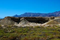 Piękny widok góry i niebieskie niebo w dolinie śmierć fotografia royalty free