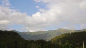 Piękny widok halna dolina z szybkim kołysaniem się chmurnieje dryfować nad górami Timelapse zbiory