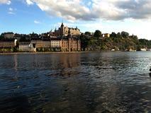 Piękny widok jezioro i budynki Stockholm zdjęcie royalty free