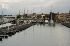 Piękny widok luksusowi jachty i żeglowanie statki w marina schronieniu Śródziemnomorski miasto Riposto, Sicily pojęcia - zamożni fotografia stock