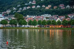 Piękny widok miasto Bergen z fontanną w wieczór obraz royalty free