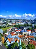 Piękny widok miasto od above i niebieskie niebo z chmurami zdjęcie royalty free