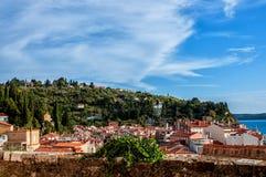 Piękny widok miasto Piran, Slovenia na słonecznym dniu z piękną chmurą na niebie Horyzontalna rama Obraz Royalty Free