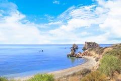 Piękny widok miejsce narodzin Aphrodite w Cypr Petra tu Romiou, kamień Aphrodite Obrazy Stock