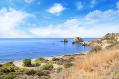 Piękny widok miejsce narodzin Aphrodite w Cypr Petra tu Romiou, kamień Aphrodite Zdjęcia Stock