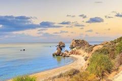 Piękny widok miejsce narodzin Aphrodite w Cypr Petra tu Romiou, kamień Aphrodite Zdjęcie Stock