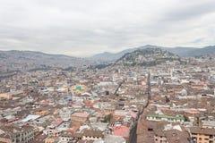 Piękny widok miesza nową architekturę z powabnymi ulicami z panecillo turist miejscem wewnątrz w górze Quito, Obrazy Stock