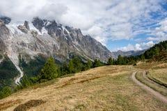Piękny widok Mont Blac pasmo górskie blisko Courmayeur, Włochy Fotografia Royalty Free