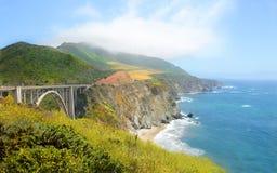 Piękny widok most nad halną linią brzegową Fotografia Stock