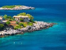 Piękny widok na Greckiej wiosce mieści willi chałupy dla Grecja wakacji, małą wyspę i rafy w Ionian S turystów i gości, fotografia royalty free