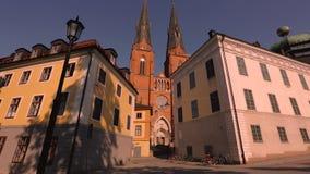 Piękny widok na katedralnym kościół między starymi budynkami na niebieskiego nieba tle europejczycy Szwecja zbiory