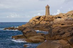 Piękny widok na latarni morskiej w Cote De Granit Wzrastający w Bretagne, Francja obraz royalty free