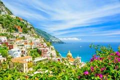 Piękny widok na Positano na Amalfi wybrzeżu z zamazanymi kwiatami na przedpolu obrazy royalty free