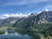 Piękny widok nad górą i jeziorem zdjęcia stock