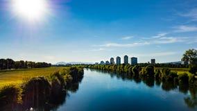 Piękny widok nad pejzażem miejskim i Miastową rzeką w Oprócz Zagreb, Chorwacja zdjęcia stock