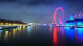 Piękny widok nad Rzecznym Thames i Londyński oko przy nighttime upływamy strzał zbiory
