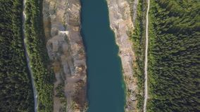 Piękny widok od drogi iść przez pięknego jeziora lasowego odgórnego widoku i klamerka Drzewa i droga blisko jeziora zbiory wideo
