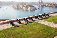 Piękny widok od górnych Barrakka ogródów salutować bateryjnego i Uroczystego schronienie Valletta, Malta Fotografia Stock