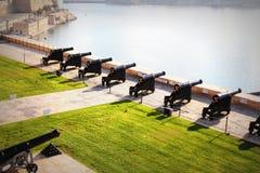Piękny widok od górnych Barrakka ogródów salutować bateryjnego i Uroczystego schronienie Valletta, Malta Zdjęcie Stock