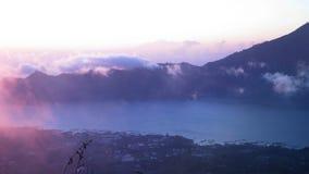 Piękny widok od góry Batur wulkanu nad Batur jeziorem Agung i górą, Bali zbiory