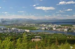 Piękny widok od halnego wysokiego punktu stara i nowa część miasteczko, rozciągająca wśród wiele północnych jezior śnieżnych gór  Zdjęcia Royalty Free
