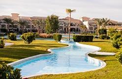 Piękny widok od hotelowego pływackiego basenu z drzewkami palmowymi Obraz Stock