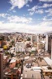 Piękny widok od nowożytnej części miesza nową architekturę z powabnymi ulicami i zielonymi sourroundings Quito, północ Zdjęcia Stock