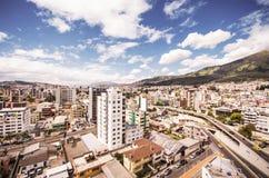 Piękny widok od nowożytnej części miesza nową architekturę z powabnymi ulicami i zielonymi sourroundings Quito, północ Obraz Stock