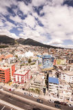 Piękny widok od nowożytnej części miesza nową architekturę z powabnymi ulicami i zielonymi sourroundings Quito, północ Zdjęcie Stock