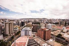 Piękny widok od nowożytnej części miesza nową architekturę z powabnymi ulicami Quito, północna część miasto Quito Zdjęcie Stock