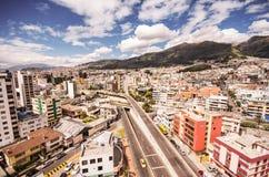 Piękny widok od nowożytnej części miesza nową architekturę z powabnymi ulicami Quito, północna część miasto Quito Obrazy Stock