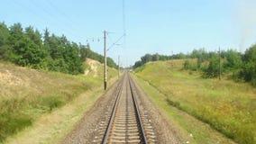 Piękny widok od powozowego okno, kolejowa droga, taborowa podróż zdjęcie wideo
