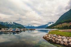 Piękny widok parking jachty i łodzie w zatoce Norweski fjord Widok górski w chmurnym, dramatyczny Fotografia Royalty Free